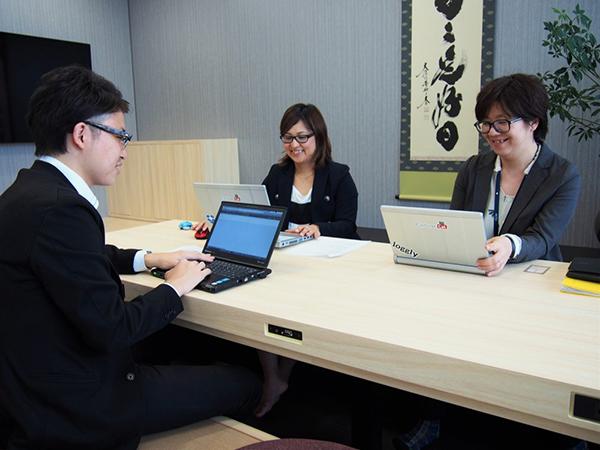 写真奥、右から藤田氏と坂本氏。手前左は弊社コンサルタントの長岡修平。