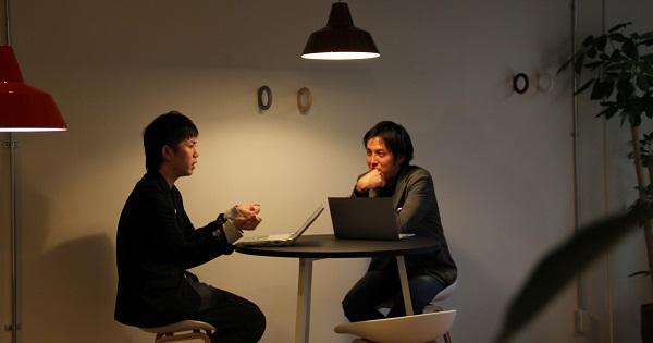 若手ディレクターのエース中村氏と、顔よし頭よし性格よしと三拍子そろったイケメン天才SEOスペシャリスト土居が向い合って対談している風景