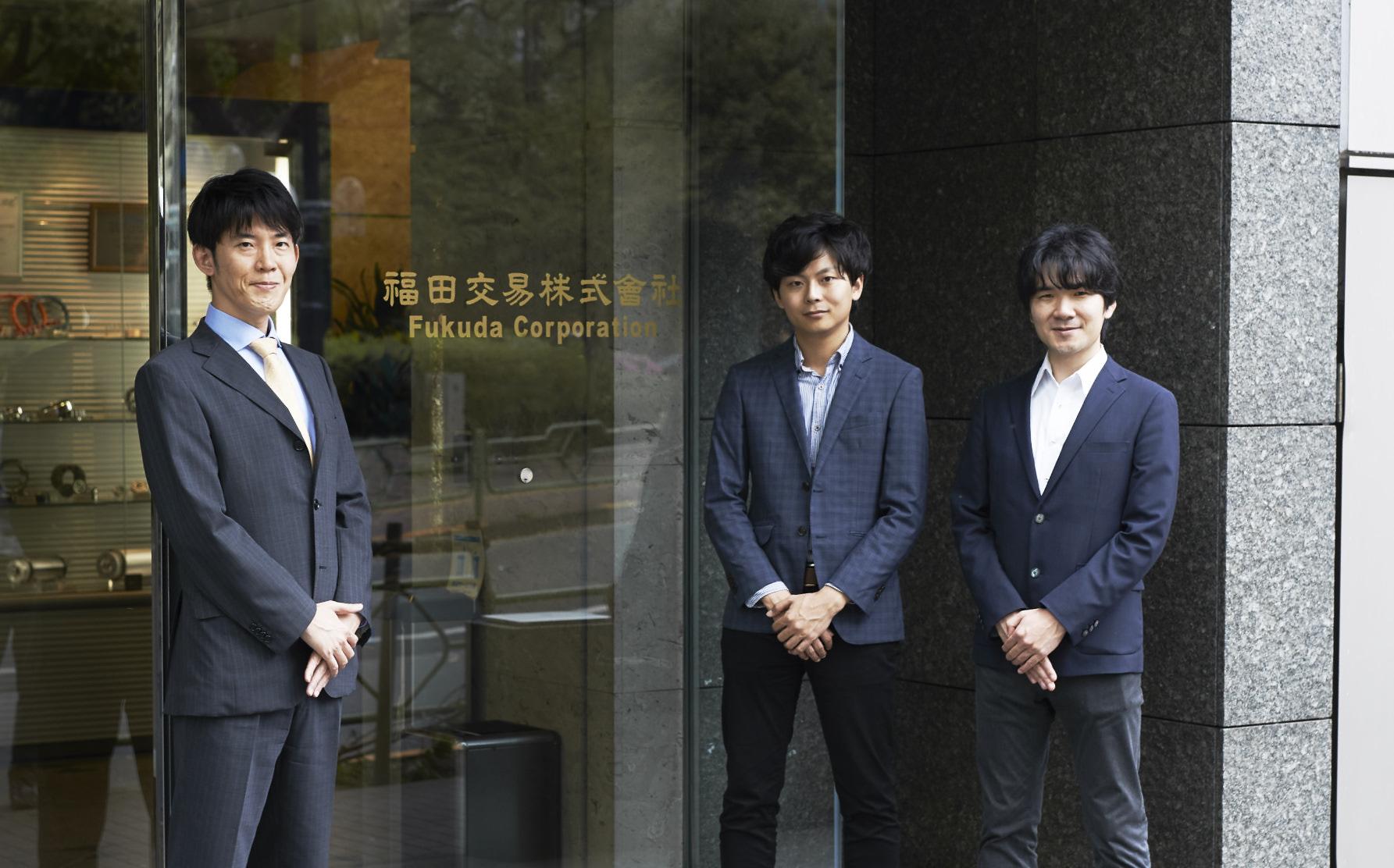 写真左から、福田交易の外記 広崇氏とナイルの岸、糸田川。